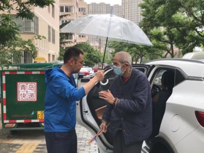 青岛一八旬老人走失后上了公交,这位驾驶员的举动暖爆了!