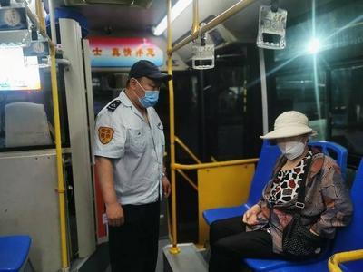 从公交到私家车再到派出所……青岛一八旬老人走失,他们发起爱心接力