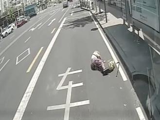 七旬老人路边摔倒、乘客网约车上发病……危急时刻,青岛好人挺身而出