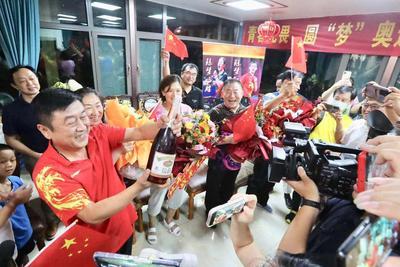 陈梦家人庆祝现场实拍!满屋奖牌,记者数了一下……