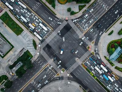 车水马龙的繁华时刻,航拍青岛香港中路