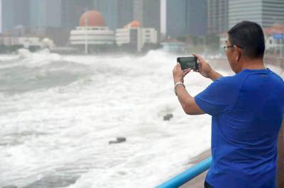 """这里请绕行!记者澳门路海边直击台风""""烟花"""""""