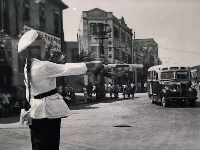 城市影像档案 中山路上交警忙碌的身影