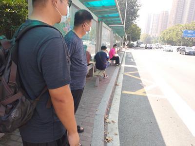 记者在现场|公交站周边没盲道  候车椅挡住行人路