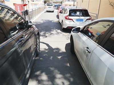"""曝光台   车辆乱停添堵、杂物乱堆占道......这些小巷变成""""被遗忘的角落"""""""