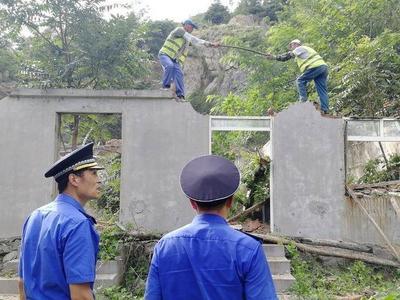 """青岛""""重拳""""整治山头公园违建,这里400平方米违法建筑被拆除"""