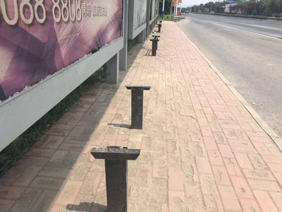 记者在现场|地砖坑洼 设施破损 这个公交站台该修修了