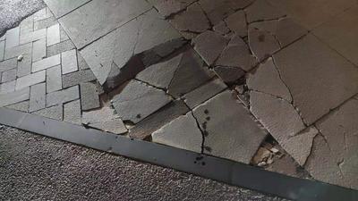记者在现场 │ 商场门前地砖破损 市民呼吁及时修复