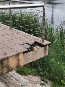 记者在现场│莱西市洙河河堤观景设施破损
