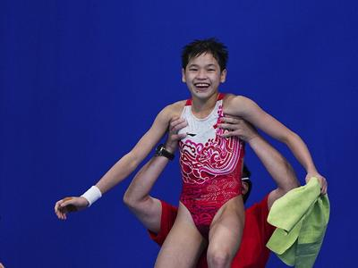 包揽金银!全红婵夺得跳水女子10米台金牌,陈芋汐获得银牌!