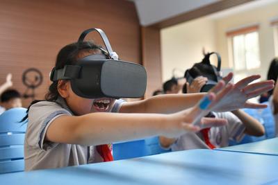 """戴VR头盔""""赏月""""!青岛这群小学生的课堂忒酷炫"""