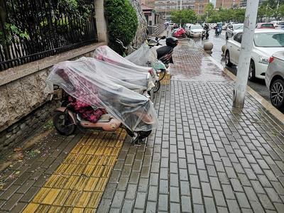 记者在现场ᅵ人行道成电动车停车区、外卖人员等餐区