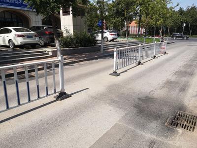 记者在现场ᅵ路中央护栏破损缺失  市民横穿马路存隐患
