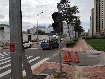 记者在现场ᅵ人行横道信号灯存故障  市民通行失据