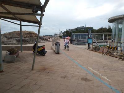 记者在现场|地砖破碎 车辆穿行 青岛网红景点现安全隐患