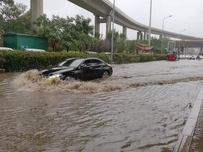 滁州路海尔路路口桥下积水深度约15厘米,过往车辆请注意