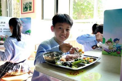 是美食之家,又是学习课堂,青岛这所小学的食堂得到省调研组高度评价